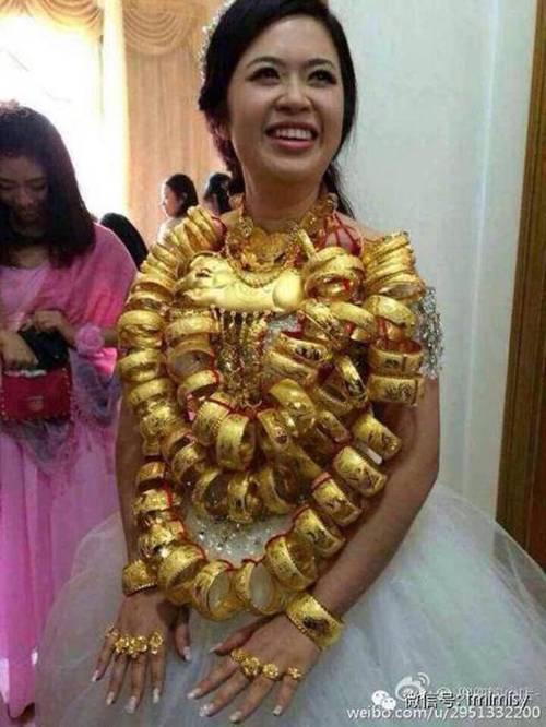 Cô dâu đeo vòng vàng nặng trĩu cổ, phải dùng hai tay đỡ mới chịu được-3