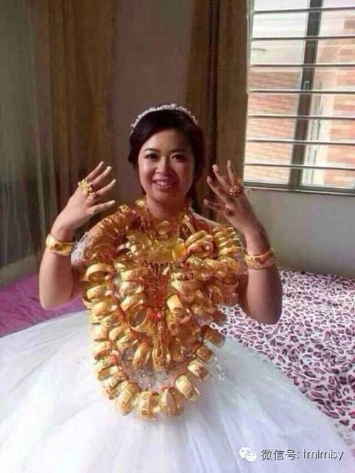 Cô dâu đeo vòng vàng nặng trĩu cổ, phải dùng hai tay đỡ mới chịu được-4