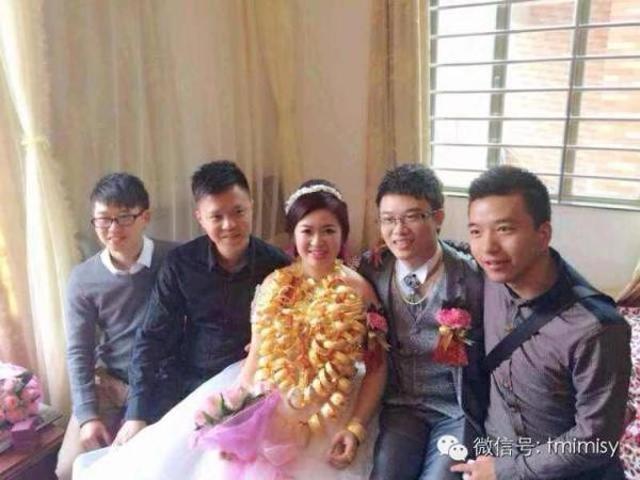 Cô dâu đeo vòng vàng nặng trĩu cổ, phải dùng hai tay đỡ mới chịu được-5