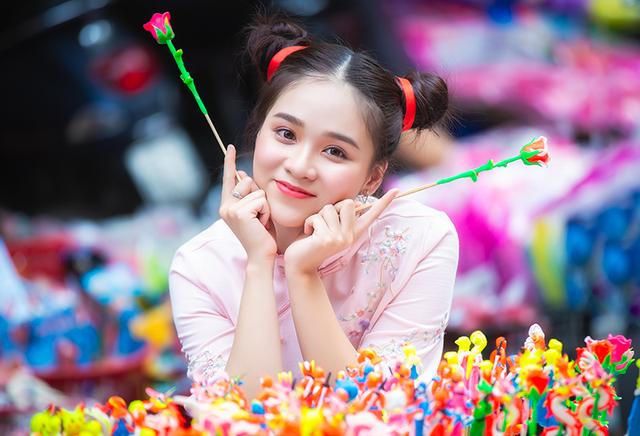 Nữ sinh tuổi 18 trở lại tuổi ấu thơ với đồ chơi Trung thu truyền thống-1