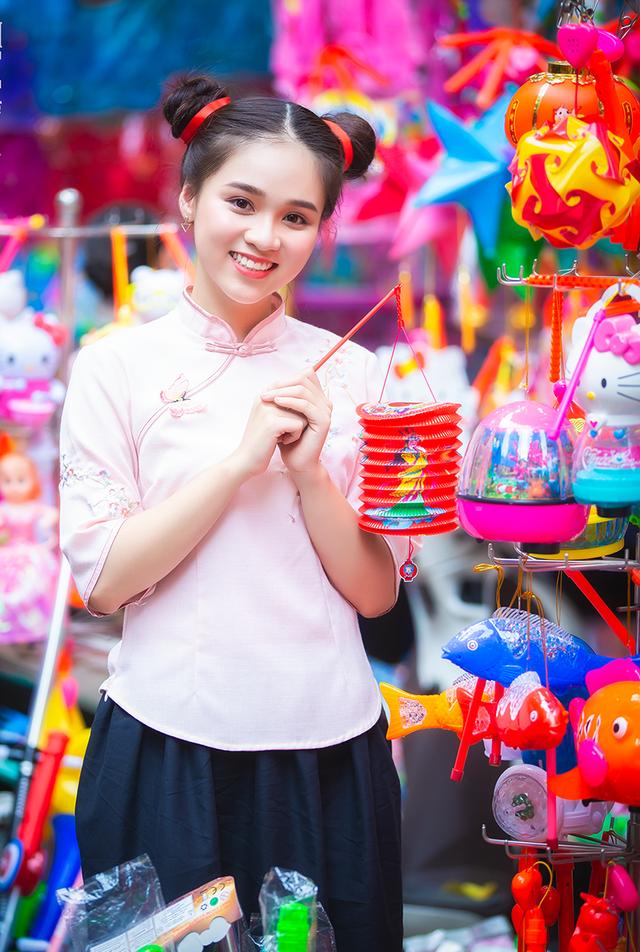 Nữ sinh tuổi 18 trở lại tuổi ấu thơ với đồ chơi Trung thu truyền thống-7