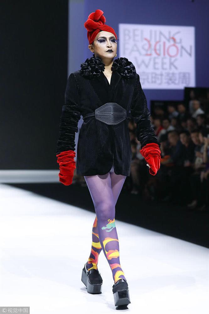 Nhĩ Thái Trần Chí Bằng gây sốc nhiệt với màn bung lụa trên sàn catwalk chẳng khác nào cô Đẩu-9