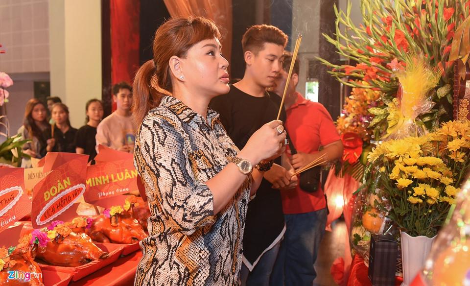 Mai Phương tươi tắn đi giỗ Tổ nghề ở sân khấu Hồng Vân-6