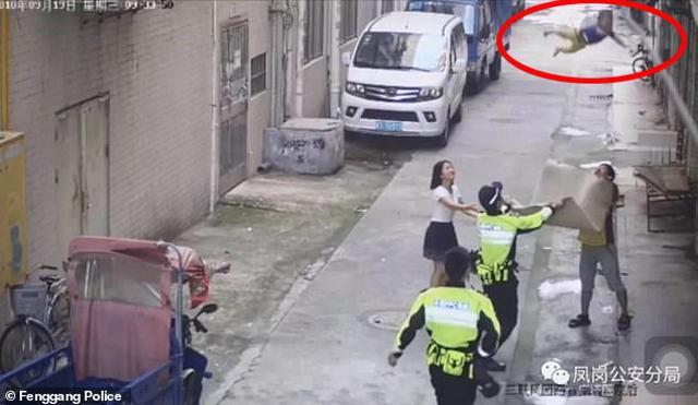 Bố mẹ không trông nom cẩn thận, con nhỏ 1 tuổi bò ra ban công rơi xuống đường-1