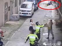 Bố mẹ không trông nom cẩn thận, con nhỏ 1 tuổi bò ra ban công rơi xuống đường