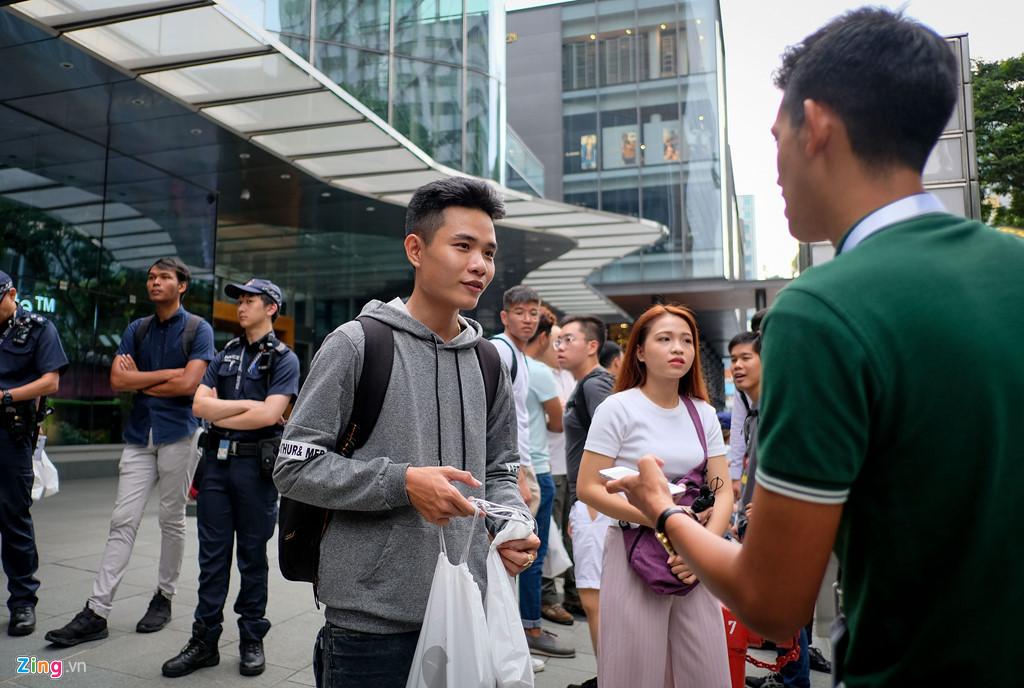 Apple Store thành chợ trời mua bán iPhone XS của người Việt-2