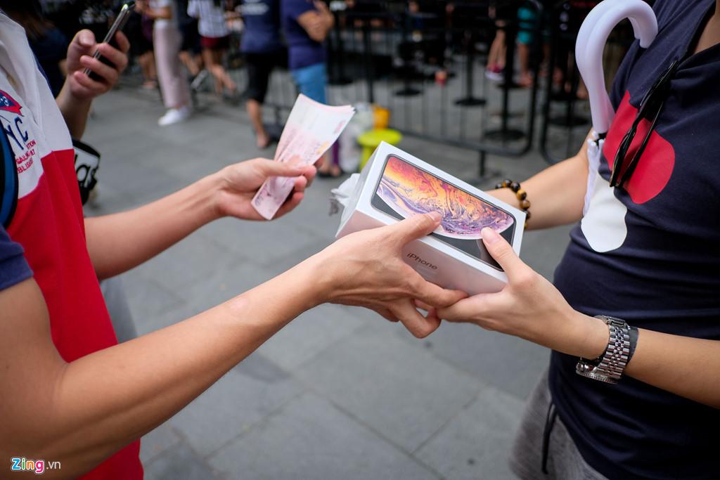 Apple Store thành chợ trời mua bán iPhone XS của người Việt-5