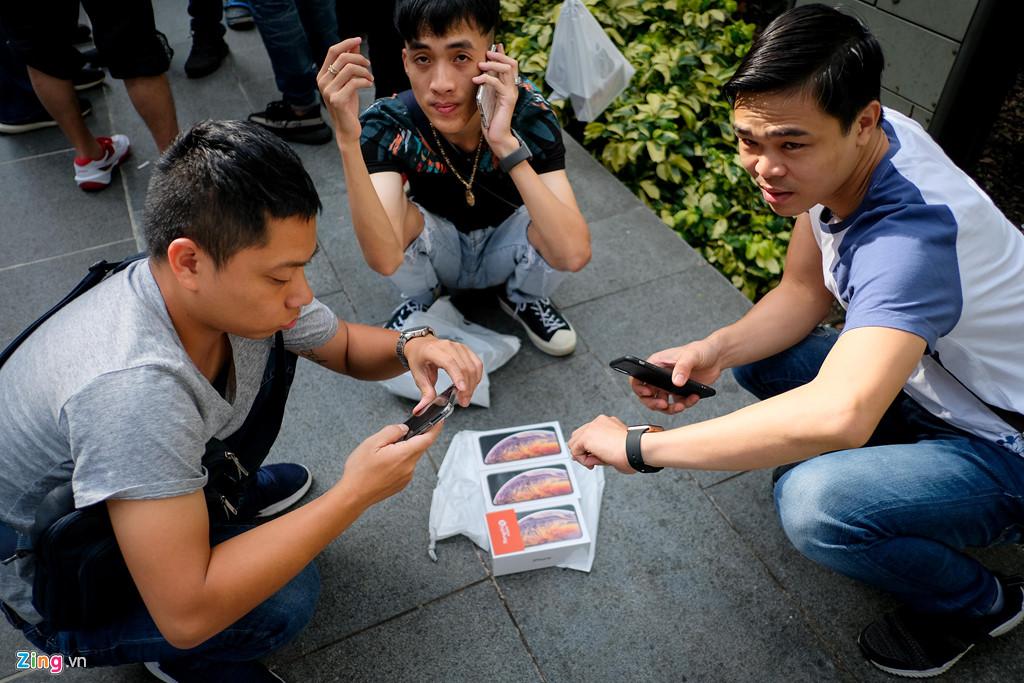 Apple Store thành chợ trời mua bán iPhone XS của người Việt-8
