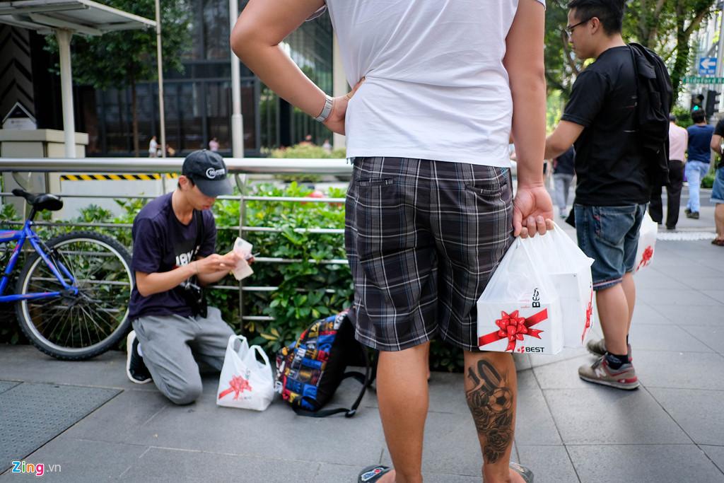 Apple Store thành chợ trời mua bán iPhone XS của người Việt-16