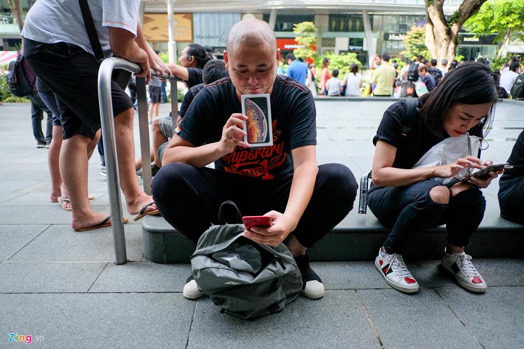 Apple Store thành chợ trời mua bán iPhone XS của người Việt-17
