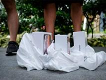 Apple Store thành 'chợ trời' mua bán iPhone XS của người Việt