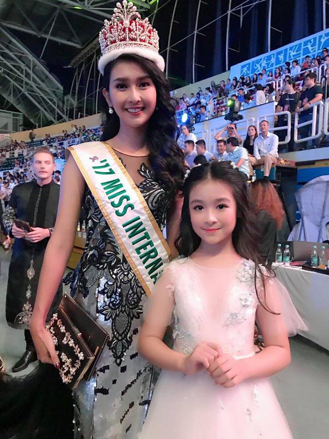 Cuộc sống sang chảnh của cô bé 10 tuổi gây sốt đêm chung kết Hoa hậu Việt Nam-4