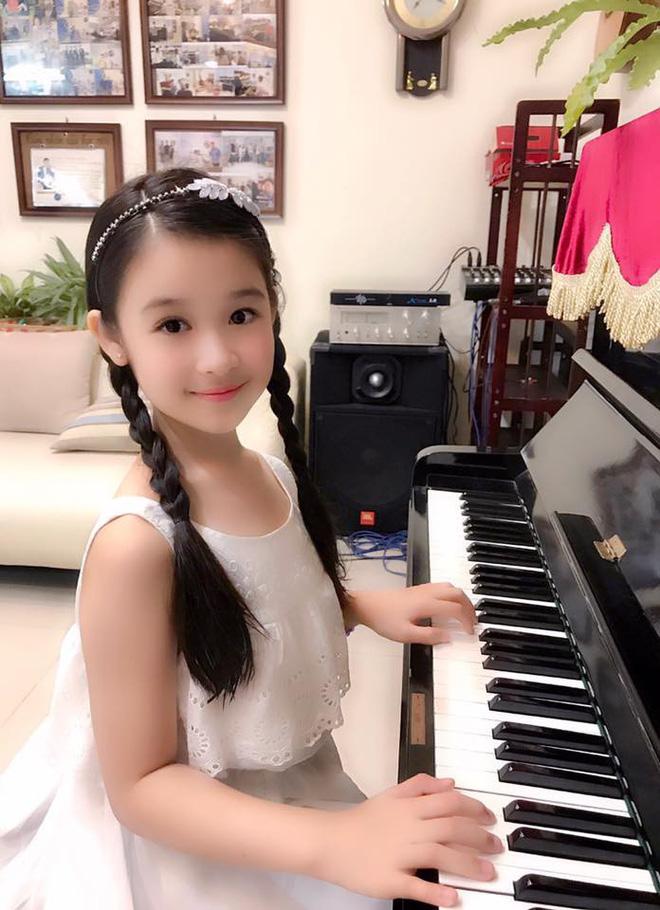 Cuộc sống sang chảnh của cô bé 10 tuổi gây sốt đêm chung kết Hoa hậu Việt Nam-13