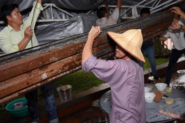 Hoài Linh chân trần, dầm mưa chống dột cho nhà thờ Tổ nghề trăm tỷ-2