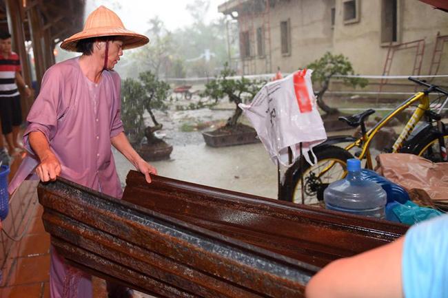 Hoài Linh chân trần, dầm mưa chống dột cho nhà thờ Tổ nghề trăm tỷ-4