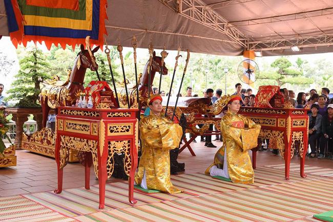 Hoài Linh chân trần, dầm mưa chống dột cho nhà thờ Tổ nghề trăm tỷ-14