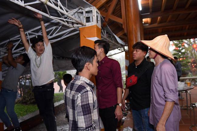 Hoài Linh chân trần, dầm mưa chống dột cho nhà thờ Tổ nghề trăm tỷ-5