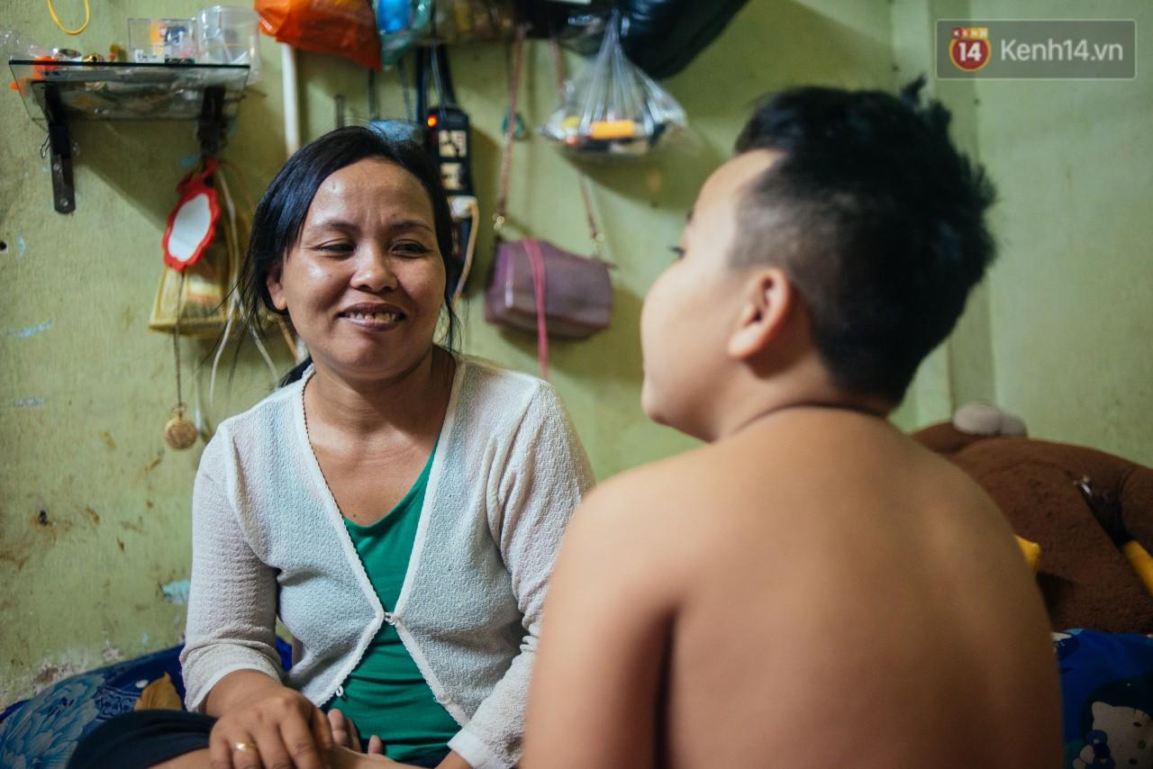 Món quà đầu năm học mới dành cho cậu bé hằng đêm nhặt ve chai đến 3 giờ sáng ở Sài Gòn-1