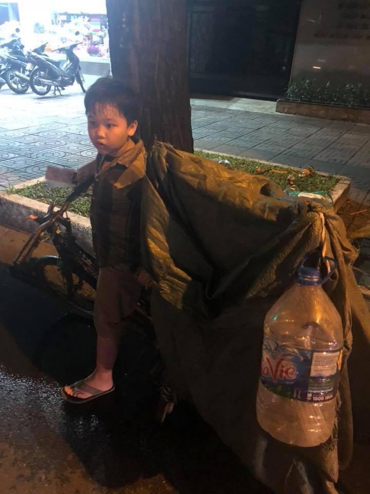 Món quà đầu năm học mới dành cho cậu bé hằng đêm nhặt ve chai đến 3 giờ sáng ở Sài Gòn-3