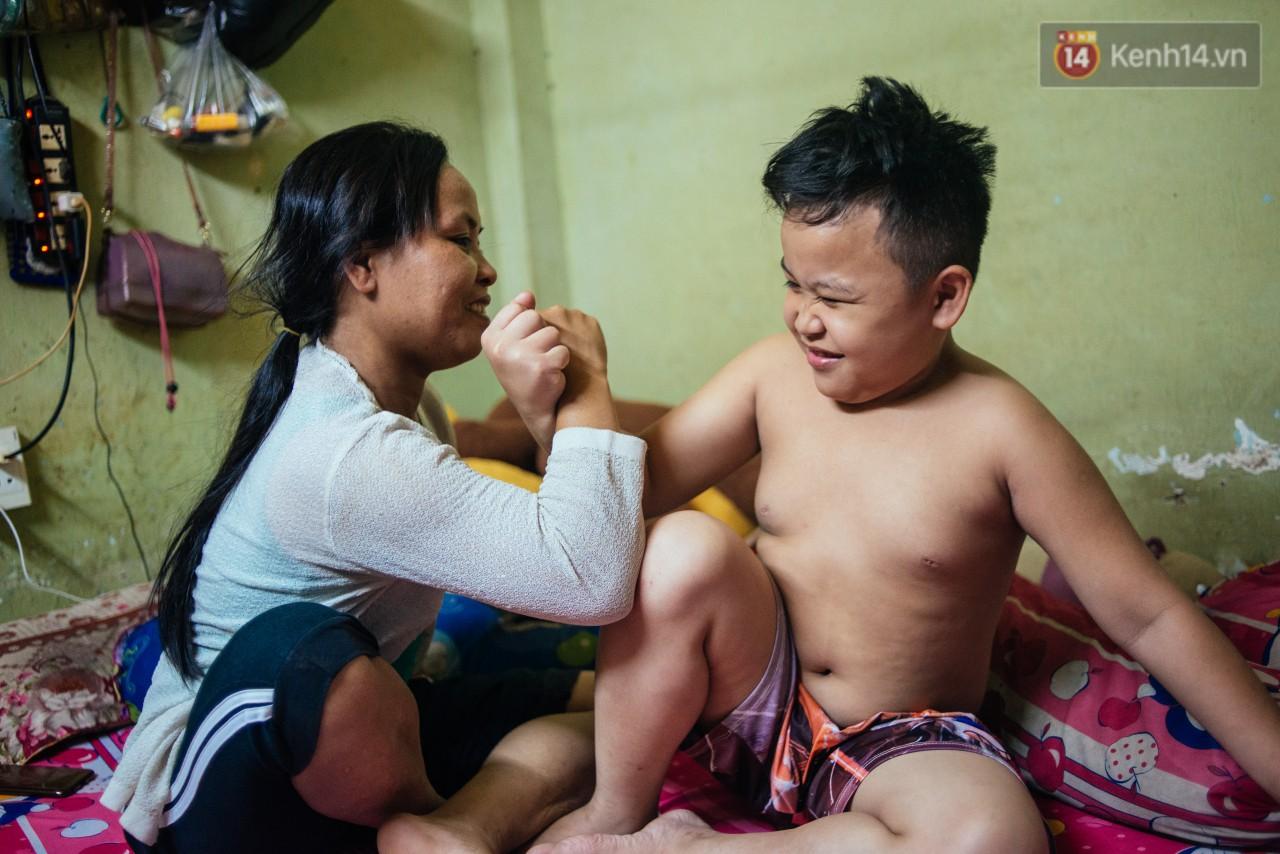 Món quà đầu năm học mới dành cho cậu bé hằng đêm nhặt ve chai đến 3 giờ sáng ở Sài Gòn-5