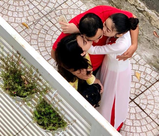 """Khoảnh khắc chụp trộm"""" Quyền Linh ôm hôn 2 con gái gây xúc động mạnh-1"""