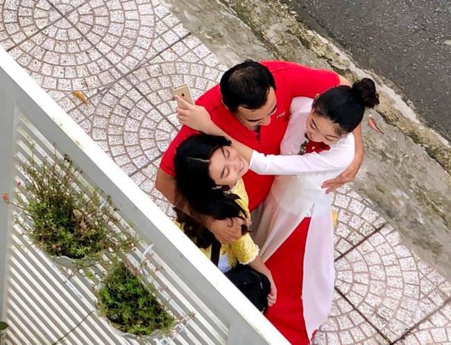 """Khoảnh khắc chụp trộm"""" Quyền Linh ôm hôn 2 con gái gây xúc động mạnh-2"""
