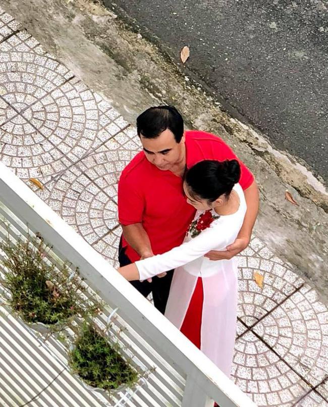 """Khoảnh khắc chụp trộm"""" Quyền Linh ôm hôn 2 con gái gây xúc động mạnh-3"""