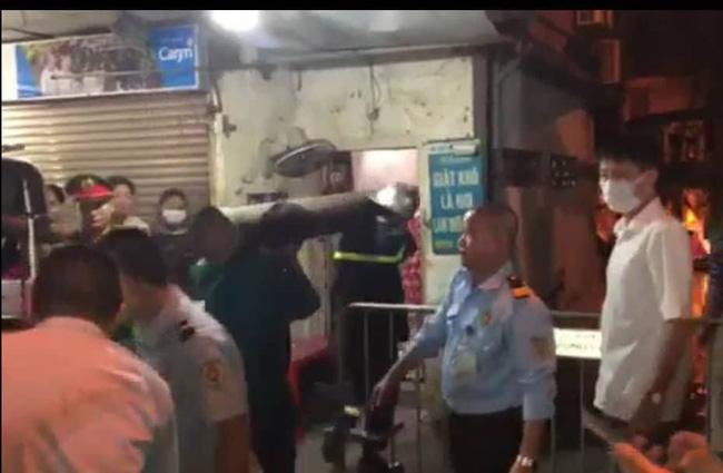 Đưa 2 thi thể trong vụ hỏa hoạn gần Bệnh viện Nhi Trung ương ra ngoài: không phải 1 người lớn và 1 trẻ con như tin đồn-1