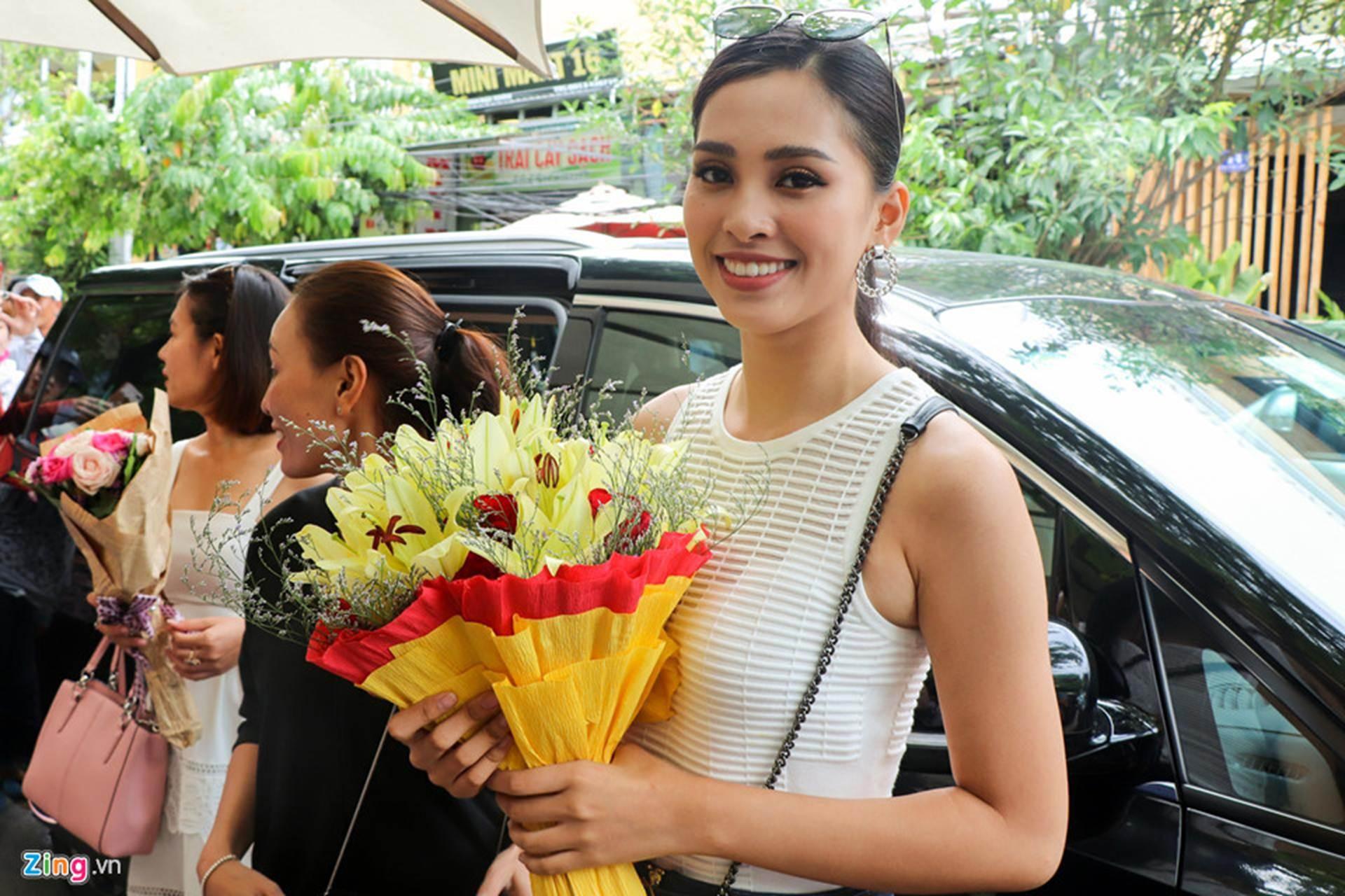 Gia đình đãi tiệc mừng đón Hoa hậu Trần Tiểu Vy ở phố cổ Hội An-1