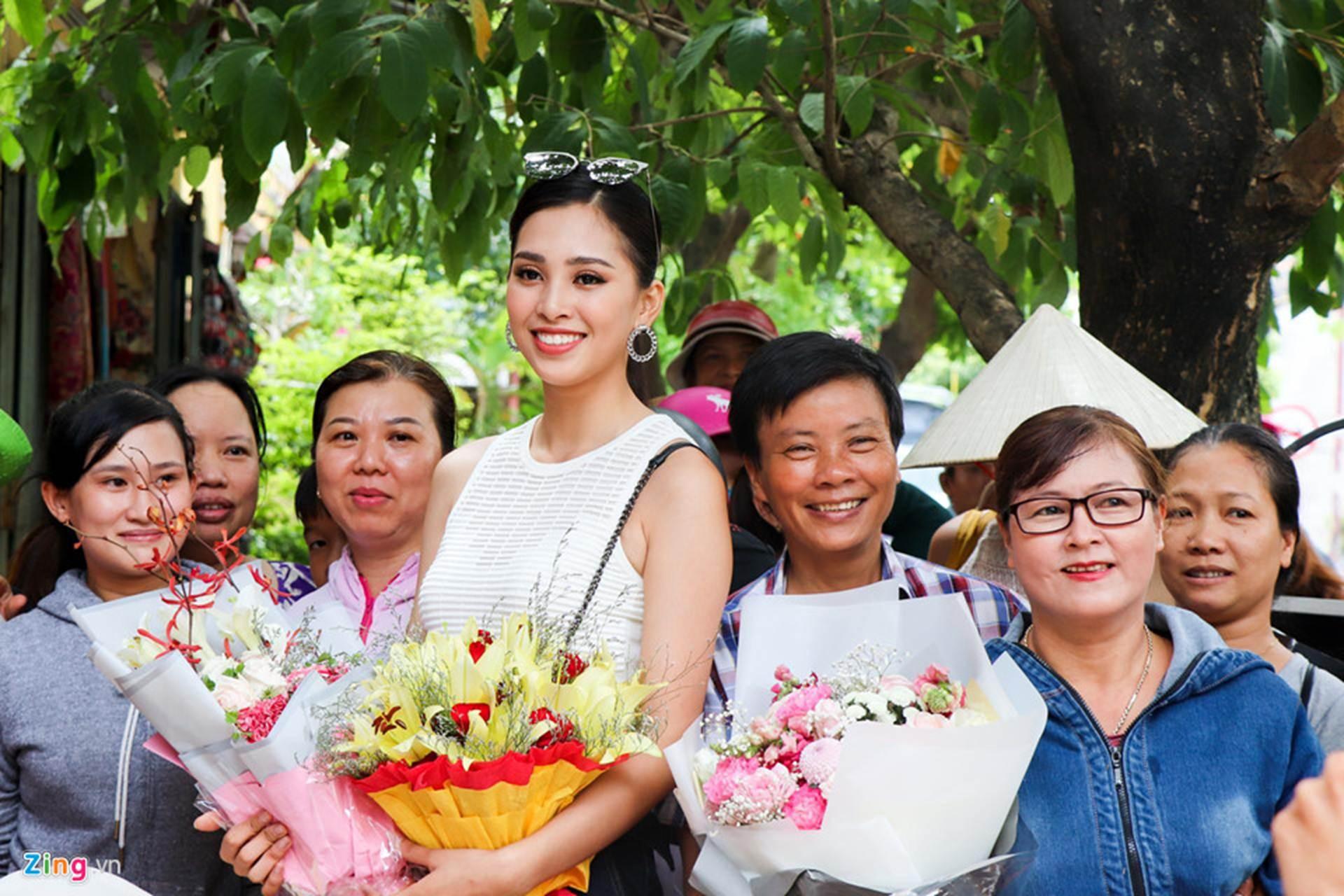 Gia đình đãi tiệc mừng đón Hoa hậu Trần Tiểu Vy ở phố cổ Hội An-2