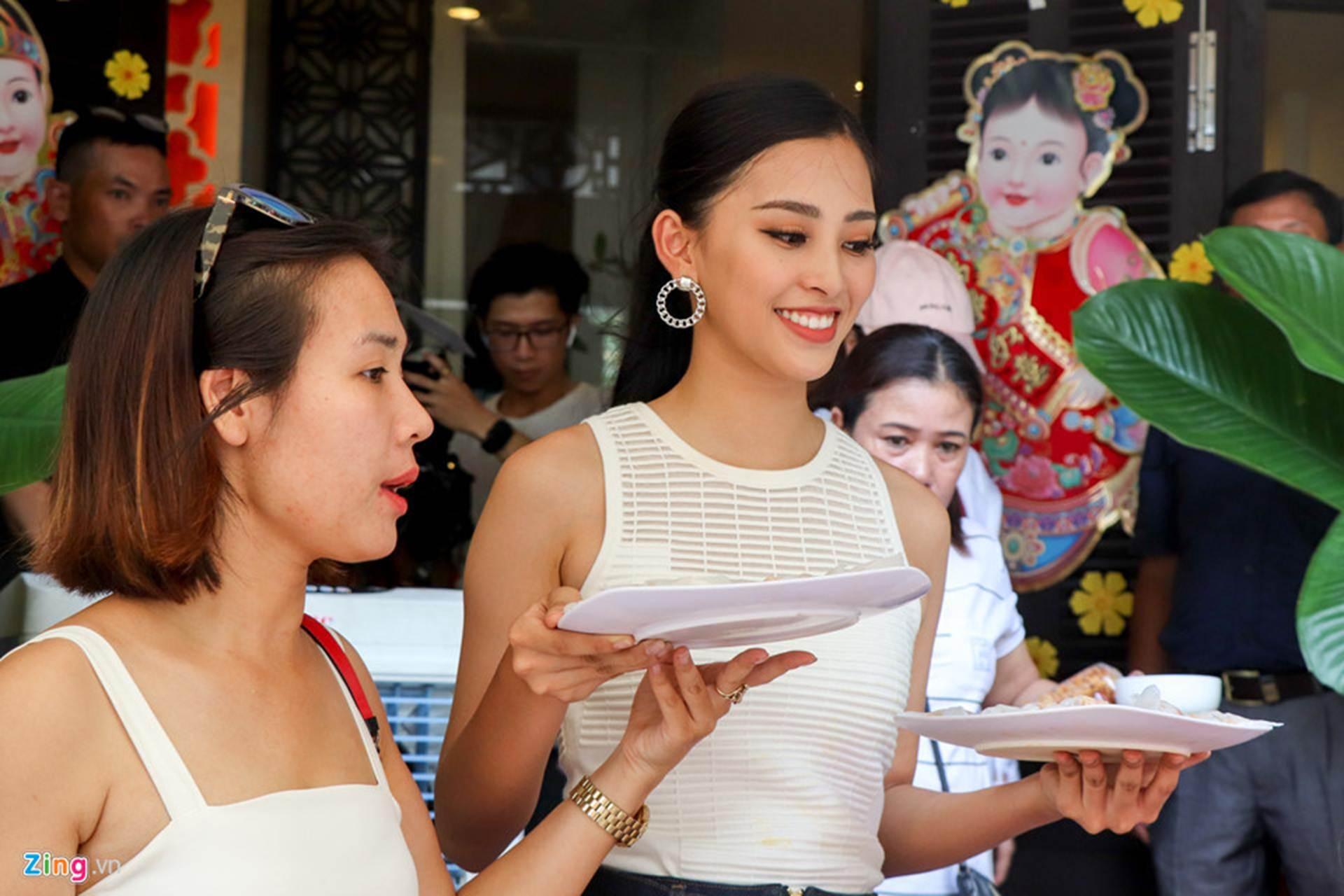 Gia đình đãi tiệc mừng đón Hoa hậu Trần Tiểu Vy ở phố cổ Hội An-4