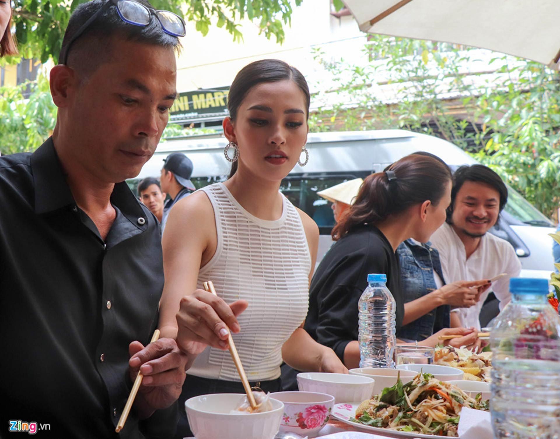 Gia đình đãi tiệc mừng đón Hoa hậu Trần Tiểu Vy ở phố cổ Hội An-6