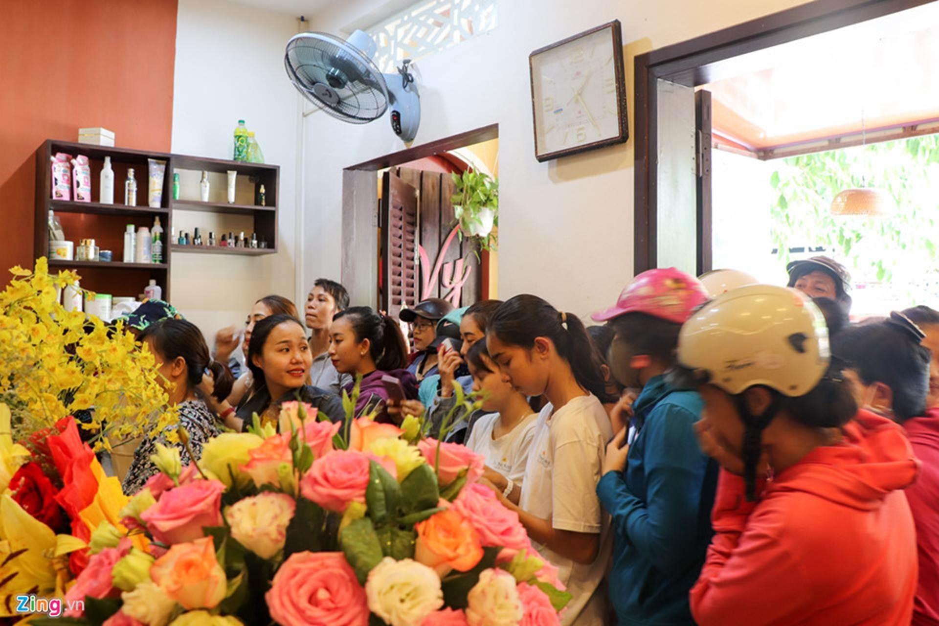 Gia đình đãi tiệc mừng đón Hoa hậu Trần Tiểu Vy ở phố cổ Hội An-8