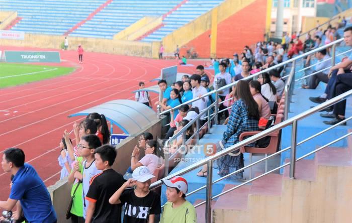 Công Phượng bị bao vây, Minh Vương trốn sau xe vì sự cuồng nhiệt của fan Nam Định-2