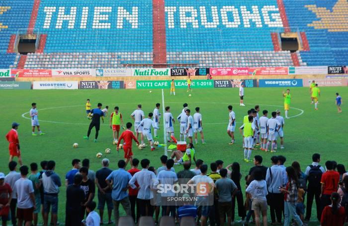 Công Phượng bị bao vây, Minh Vương trốn sau xe vì sự cuồng nhiệt của fan Nam Định-1