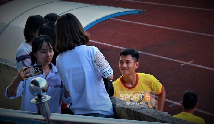 Công Phượng bị bao vây, Minh Vương trốn sau xe vì sự cuồng nhiệt của fan Nam Định-10