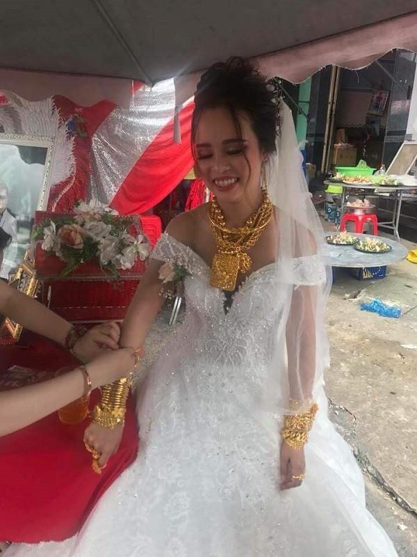 """Cô dâu Hậu Giang gây choáng khi trĩu cổ"""" đeo 129 cây vàng được trao làm của hồi môn khiến dân tình vừa thương vừa tị-1"""