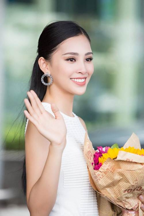 Trang điểm đơn giản khi về nhà, Tân hoa hậu 2018 còn rạng rỡ hơn cả lúc đăng quang-2