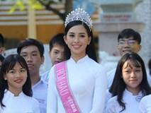 Hoa hậu Trần Tiểu Vy dịu dàng trong tà áo dài nữ sinh, về trường cũ tại Hội An dự lễ chào cờ