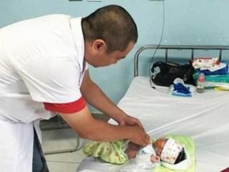 Bé trai sơ sinh bị cắt hơn nửa ruột với biểu hiện ban đầu là nôn trớ khi bú mẹ