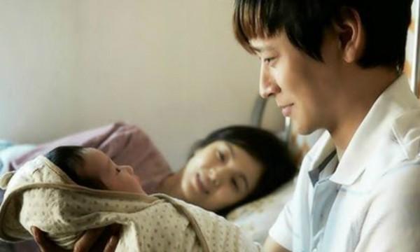 Chồng nằng nặc ngủ riêng cả năm trời sau khi vợ sinh con và cảnh tượng vợ lén nhìn thấy trong đêm hé lộ một bí mật kinh khủng-1