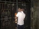 Cặp đôi vô tư diễn cảnh nóng trên ban công quán trà sữa ở Hà Nội, nhiều người tò mò quay clip-2