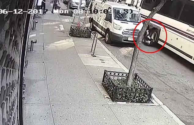 Ông bố 2 con chết oan uổng trong vụ tai nạn va quẹt với xe buýt chỉ vì một thói quen khi lái xe mà rất nhiều người mắc phải-3