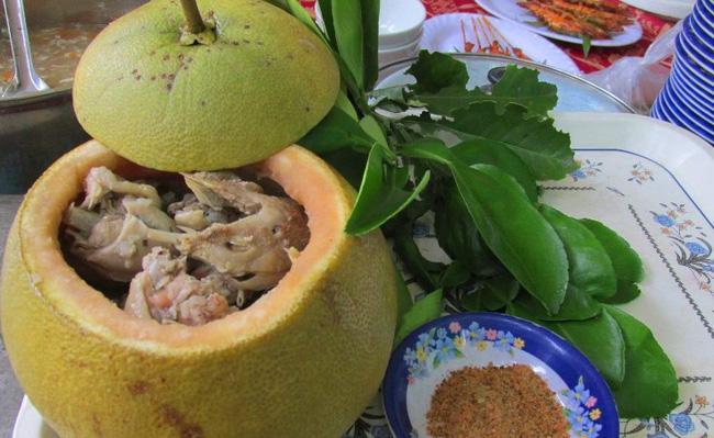 Thật nể người Đồng Nai, có thể bắt cả con gà chui tọt vào quả bưởi để làm thành đặc sản lừng danh-3
