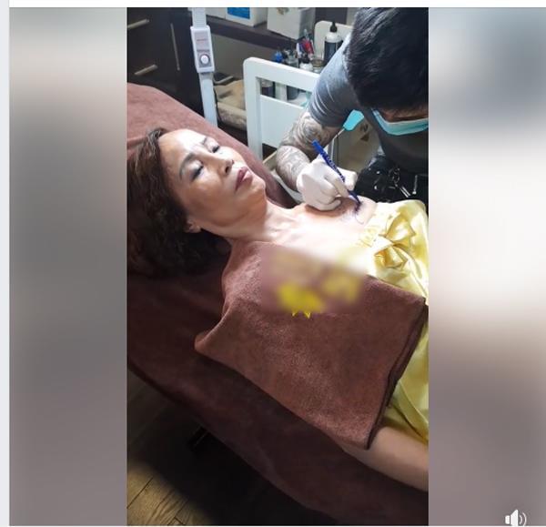 Cô dâu 62 tuổi xăm tên chồng lên ngực, phản ứng của chú rể khiến tất cả bất ngờ-1