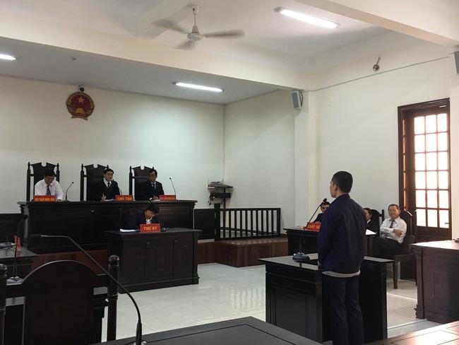 Xót xa cảnh bé gái 13 tuổi ẵm con trai 7 tháng đến tòa nghe xét xử gã hàng xóm đồi bại hiếp dâm mình-1