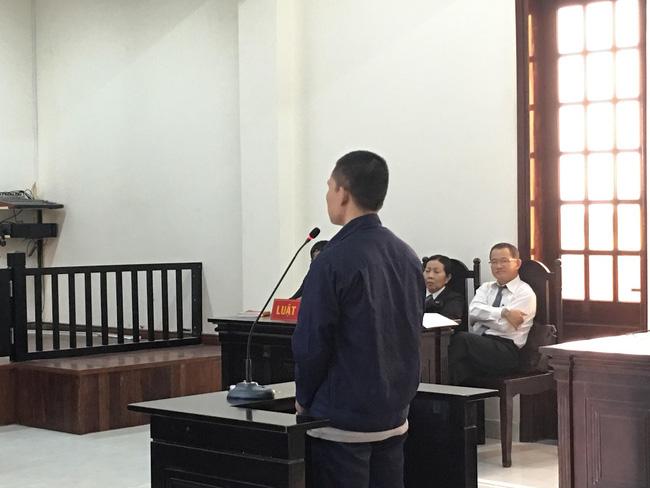 Xót xa cảnh bé gái 13 tuổi ẵm con trai 7 tháng đến tòa nghe xét xử gã hàng xóm đồi bại hiếp dâm mình-3