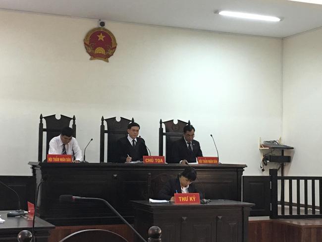 Xót xa cảnh bé gái 13 tuổi ẵm con trai 7 tháng đến tòa nghe xét xử gã hàng xóm đồi bại hiếp dâm mình-4