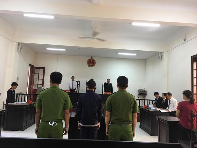 Xót xa cảnh bé gái 13 tuổi ẵm con trai 7 tháng đến tòa nghe xét xử gã hàng xóm đồi bại hiếp dâm mình-5