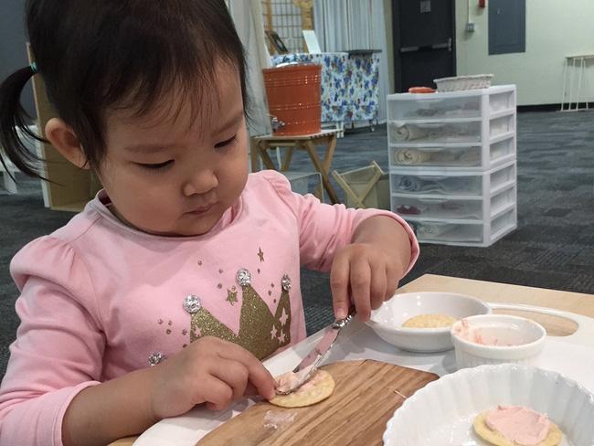 Theo phương pháp Montessori thì đây là 10 việc nên để con tự làm-6